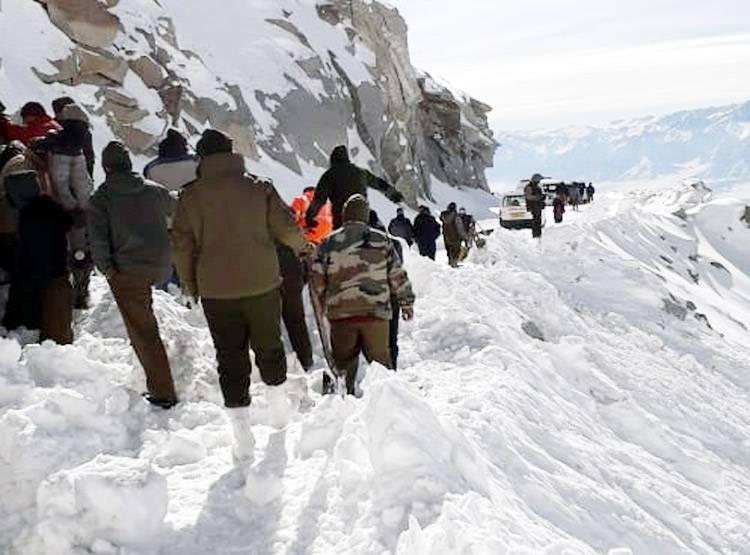 बर्फीली तबाही से बचाने के लिए कैसे रेस्क्यू चल रहा है दुनिया की सबसे ऊँची सड़क पर