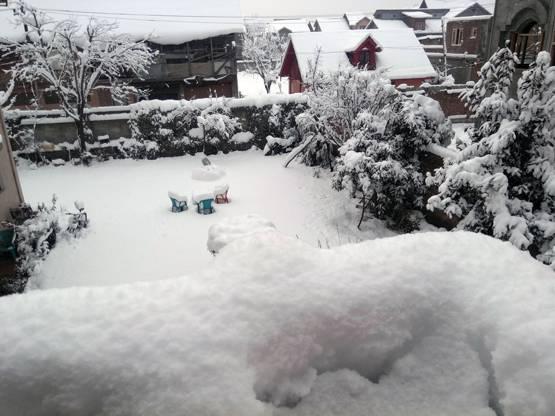 कश्मीर घाटी पर हो रही है भारी बर्फबारी…
